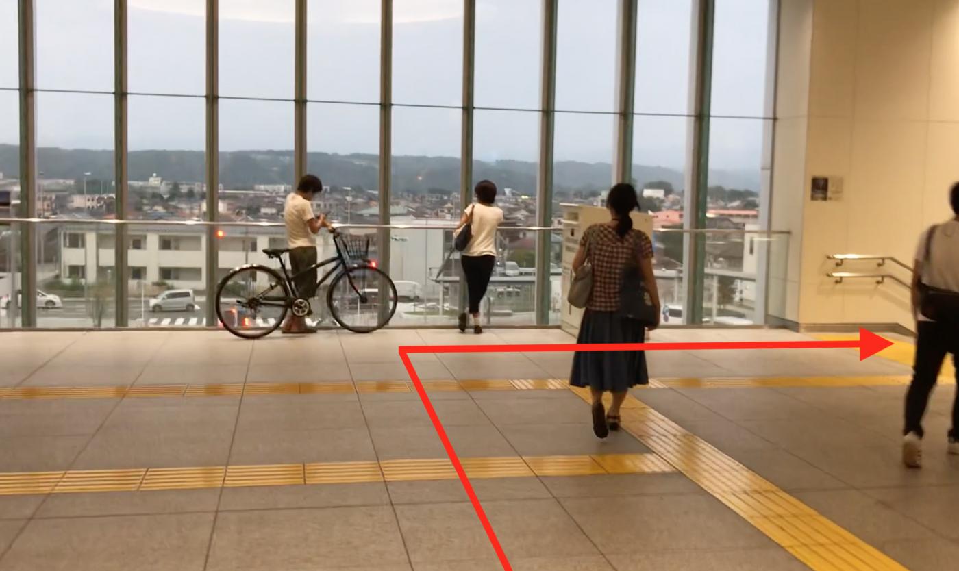 拝島駅を右に曲がる